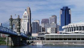 USA, Ohio, Cincinnati skyline and John Roebling Bridge over Ohio River