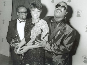 Stevie Wonder with Quincy Jones & Dionne Warwick at the Grammy Awards 2/86